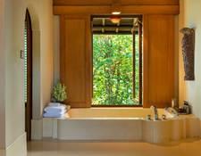 大きな窓の付いたバスルーム
