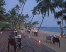 夕暮れ時のビーチクラブ